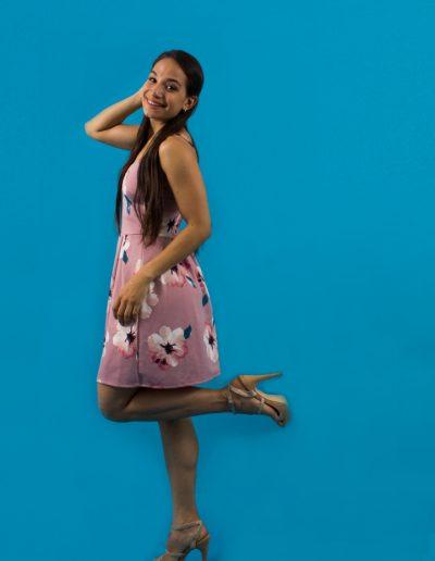 imagen-estudio-fotografico-cuernavaca-fotografo-sesion-liz-amelia-vestido-rosa-fondo-azul
